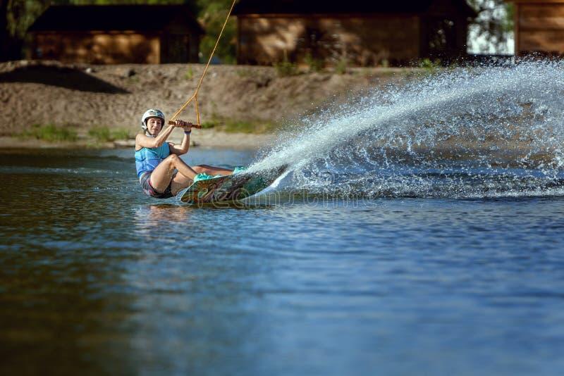 Aufwecken auf wakeboarding Sommersport lizenzfreies stockfoto