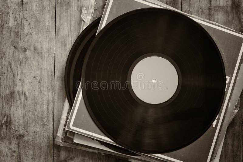 Aufzeichnungen stapeln mit Aufzeichnung auf die Oberseite über Holztisch Weinlese gefiltert stockfoto