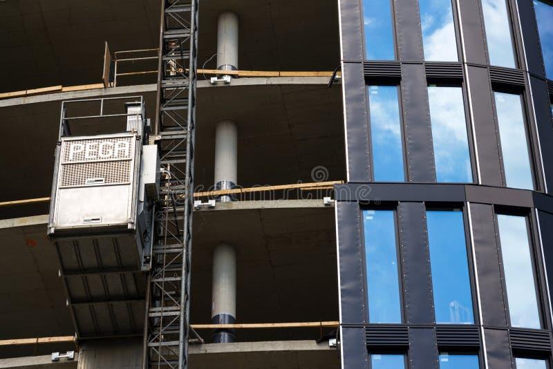 Aufzug von Pega-Hebemaschine auf WolkenkratzerBaustelle lizenzfreie stockfotografie