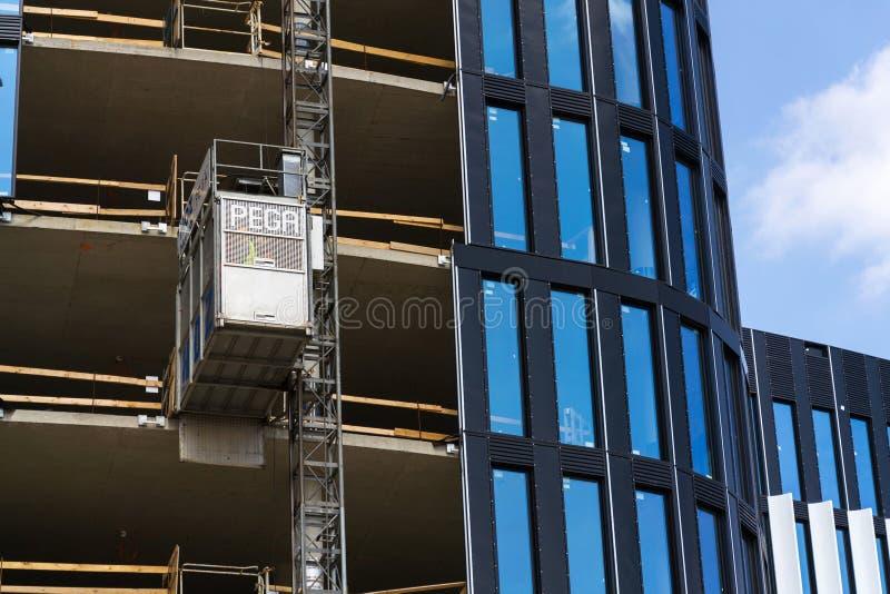 Aufzug von Pega-Hebemaschine auf WolkenkratzerBaustelle stockfotos