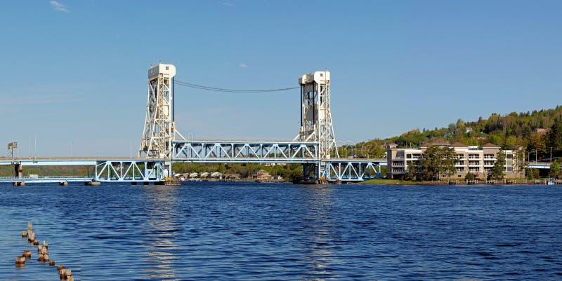 Aufzugbrücke über dem Wasser stockbild