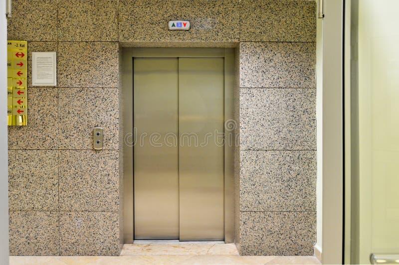 Aufzugseingangs- und -ausgangstür stockbild