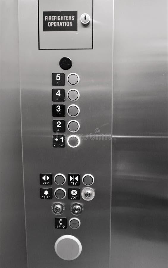 Aufzugsknöpfe zuerst durch fünften Stock stockfoto