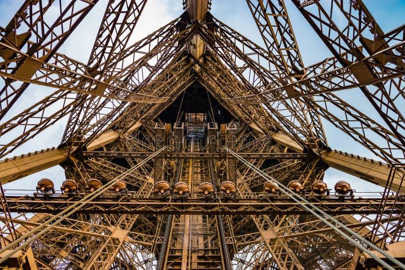 Aufzugswelle auf dem Eiffelturm in einem Weitwinkelschuß stockfoto
