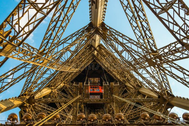 Aufzugswelle auf dem Eiffelturm in einem Weitwinkelschuß stockfotos