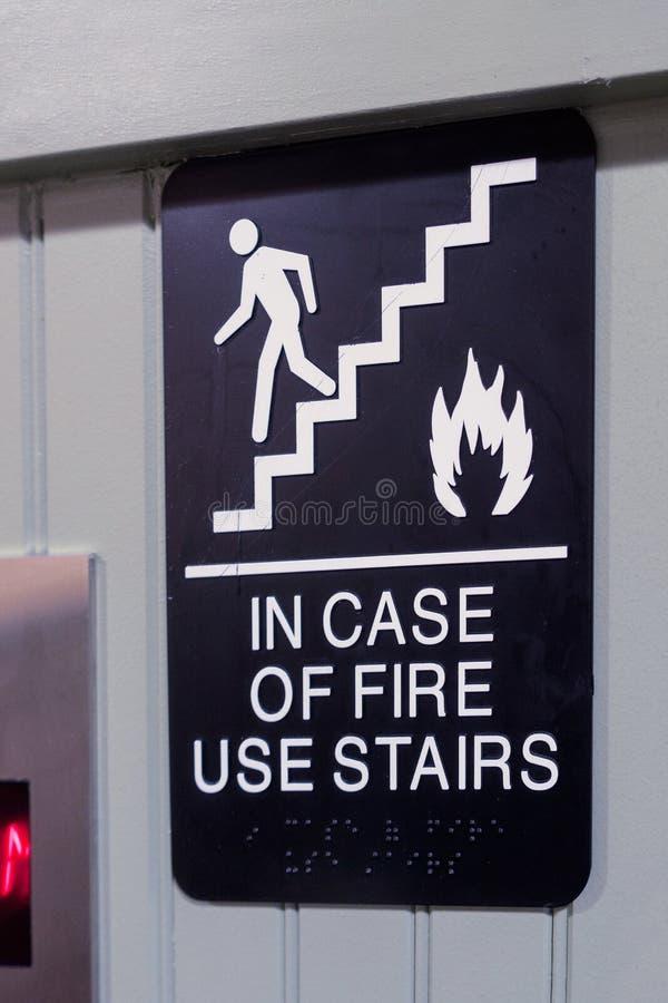 Aufzugszeichen im Falle der Feuergebrauchstreppe mit Zahl, Treppe, FI lizenzfreie stockfotografie