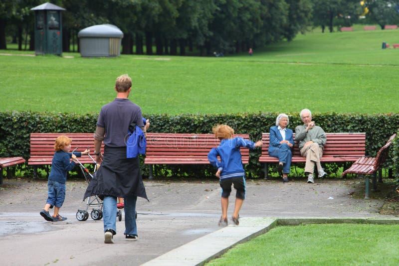 Οικογένεια στο πάρκο Vigeland στοκ εικόνα με δικαίωμα ελεύθερης χρήσης