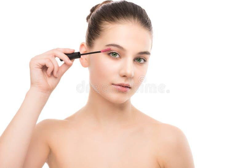 Auge bilden zuzutreffen Wimperntusche, die Nahaufnahme, lange Peitschen anwendet Make-upbürste Getrennt stockbilder