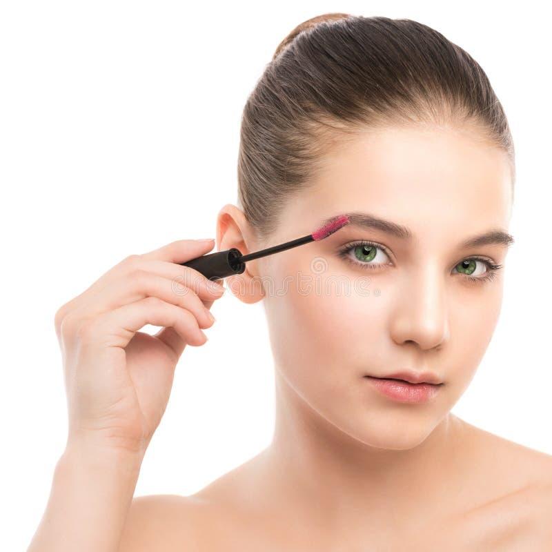 Auge bilden zuzutreffen Wimperntusche, die Nahaufnahme, lange Peitschen anwendet Make-upbürste Getrennt stockfotos
