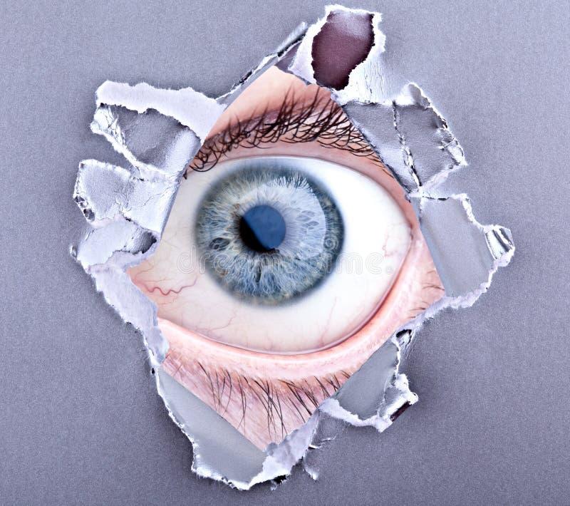 Auge, das durch heftigen Abstand schaut stockbild