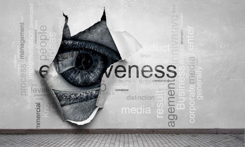 Auge, das durch Loch lugt Gemischte Medien stockbilder
