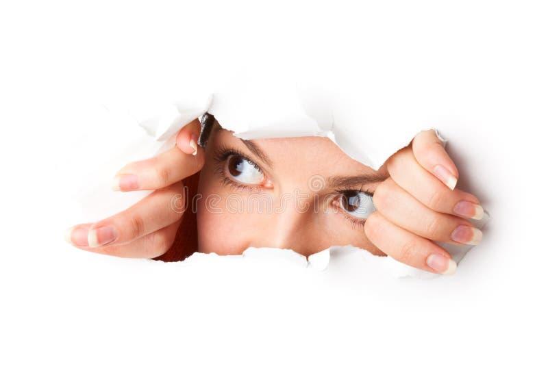 Auge, das durch Loch schaut lizenzfreies stockbild