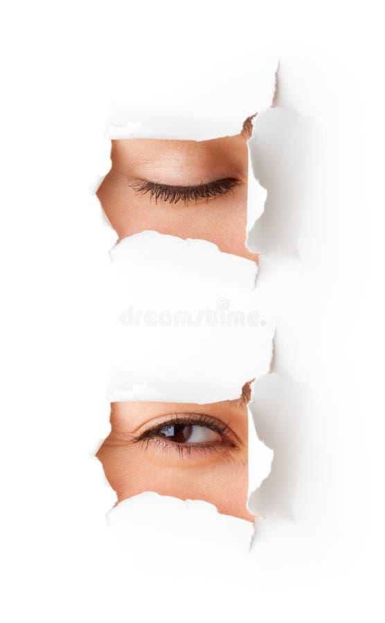 Auge, das durch Loch schaut stockbilder