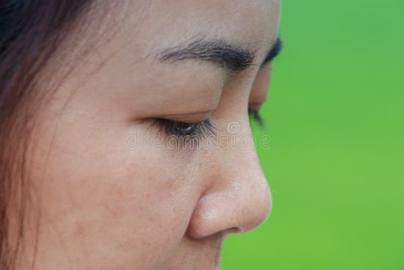 Auge des Frauenblickes zu unten stockfoto