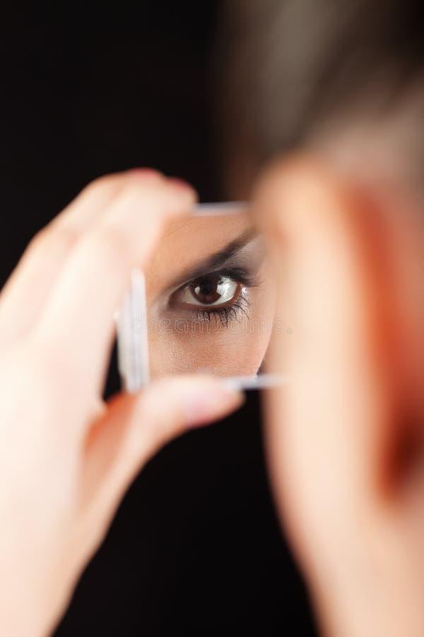 Auge im Spiegel lizenzfreies stockbild