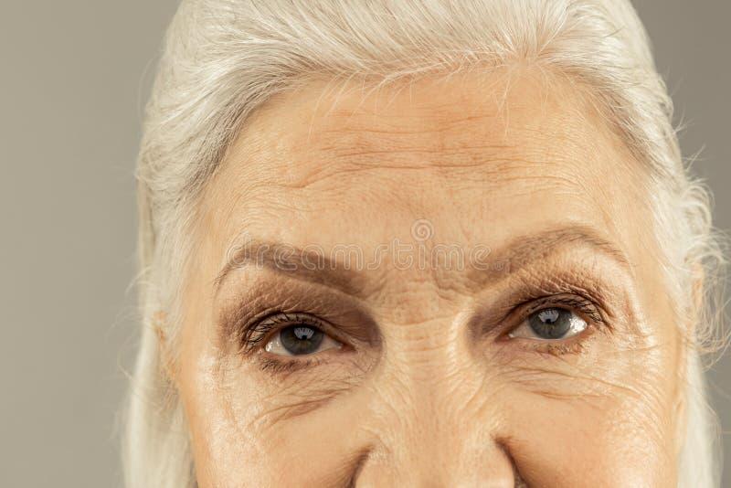 Augen einer angenehmen netten ?lteren Frau lizenzfreies stockbild