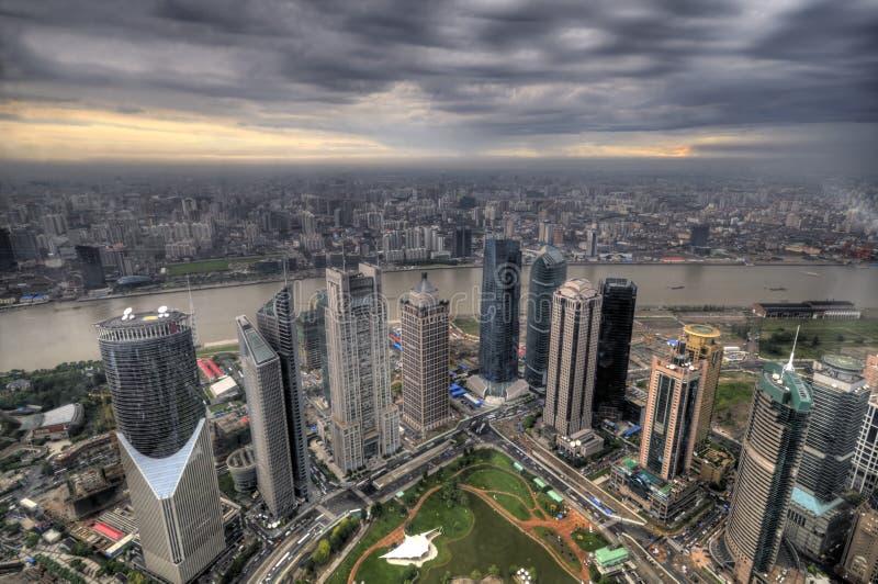 Augenansicht des Vogels der Shanghai-Stadt an der Dämmerung stockfotos