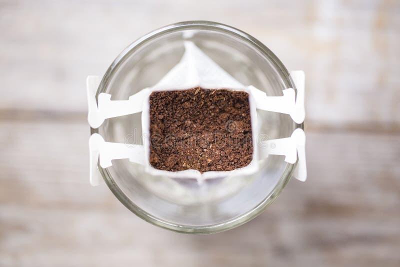 Augenblick braute frisch Tasse Kaffee, Tropfenfängertaschenkaffee stockfotografie