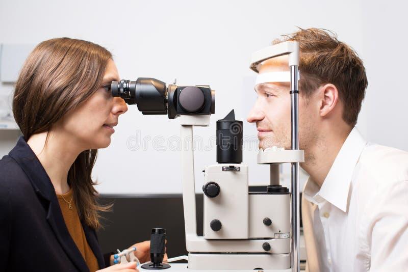 Augenuntersuchung stockbild