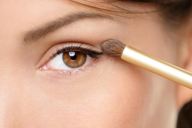 Augenverfassungsfrau, die Augenschminkepuder anwendet lizenzfreies stockfoto