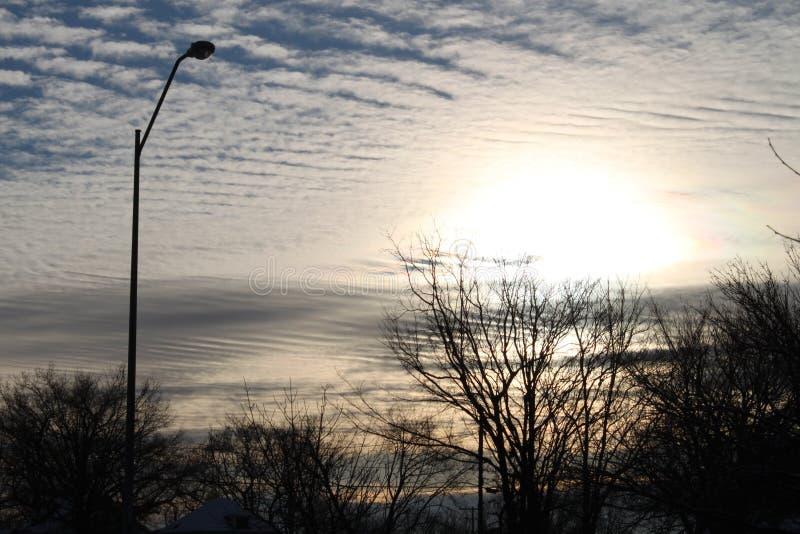 Auges bonitos do sol sobre os céus nebulosos imagens de stock royalty free