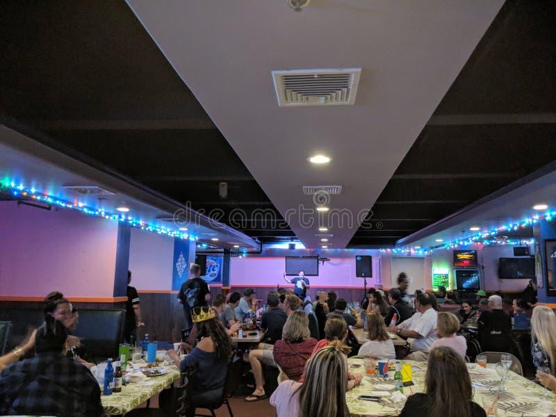 Augie T program komediowy wśrodku Ohana karaoke zdjęcie royalty free