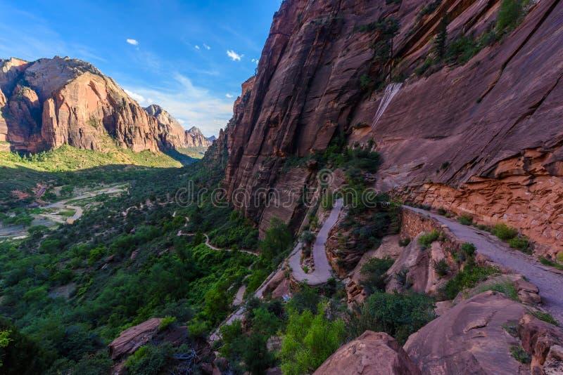 Augmentant dans le beau paysage en Zion National Park le long de la traînée de débarquement de l'ange, vue de Zion Canyon, Utah,  image libre de droits