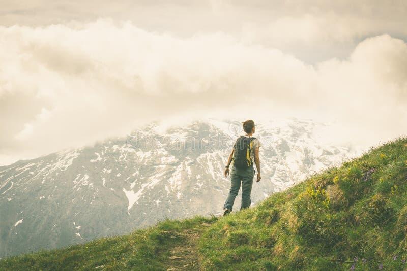 Augmentant dans les Alpes sur le sentier piéton panoramique, image modifiée la tonalité photos libres de droits