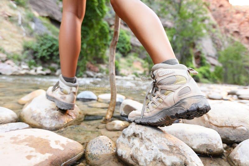 Augmentant des chaussures sur le randonneur marchant dehors photographie stock