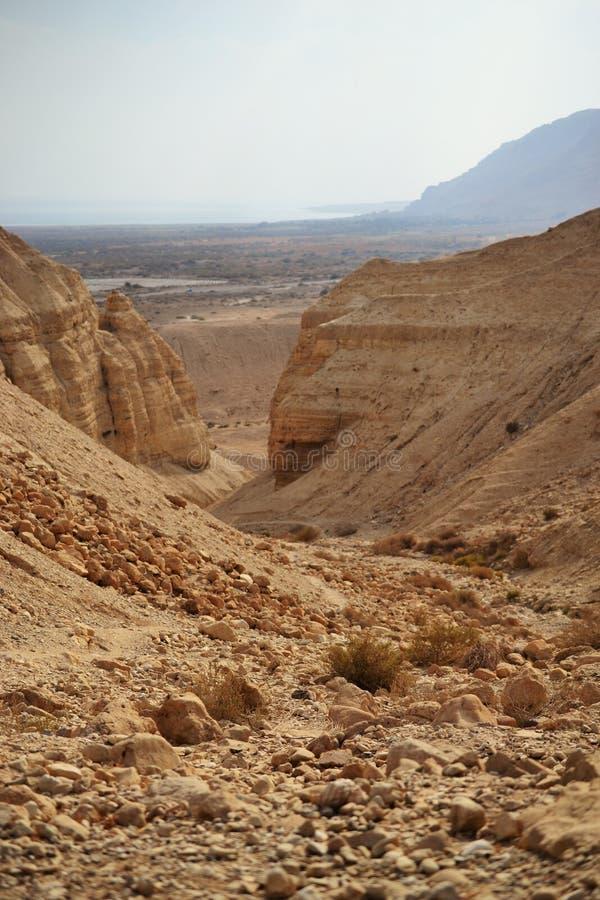 Augmentant le chemin aux cavernes de Qumran en parc national de Qumran, où les rouleaux de mer morte ont été trouvés, hausse de d photo stock