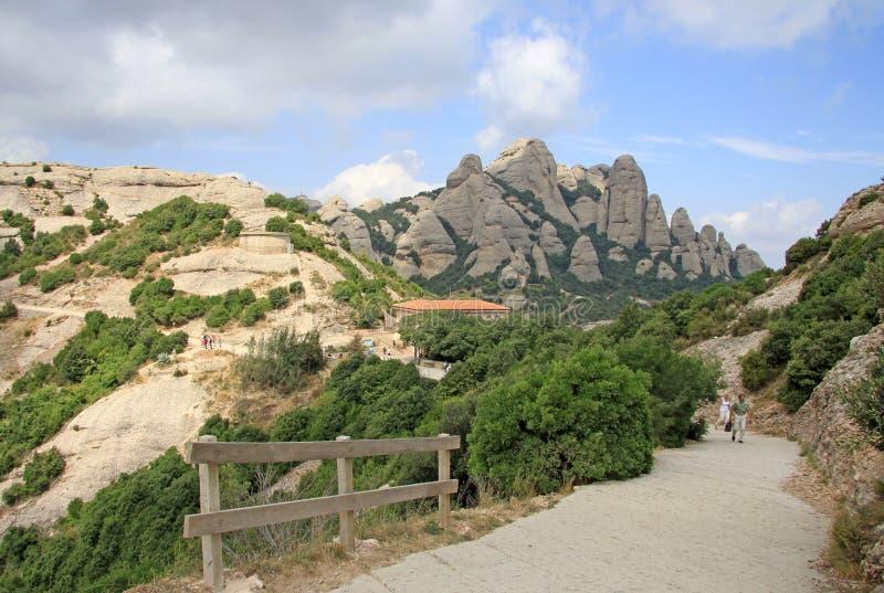 Augmentant les chemins dans les montagnes s'approchent de l'abbaye bénédictine Santa Maria de Montserrat dans Monistrol De Montse photo stock