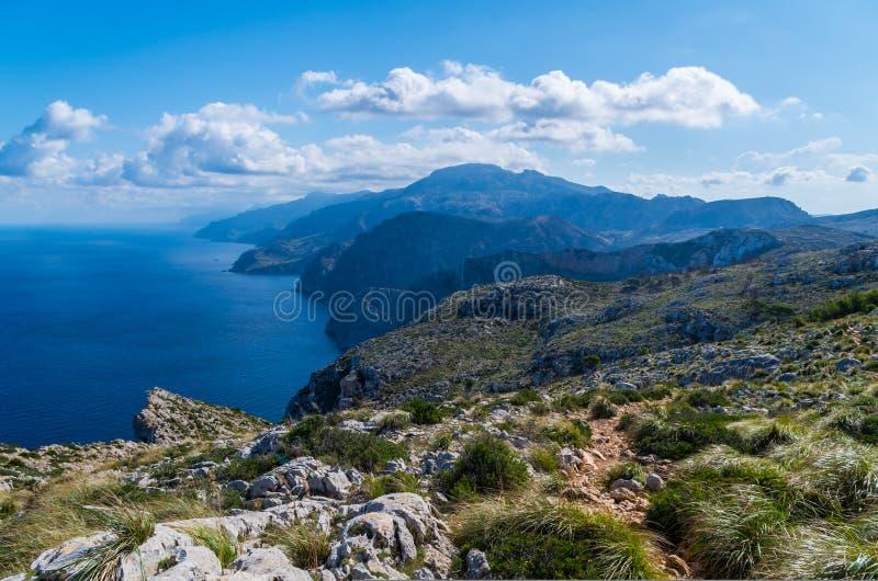 Augmentant sur le GR 221 dans le Tramuntana, Majorque, Espagne images stock