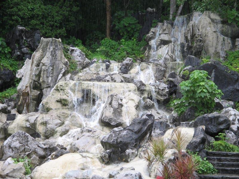 Augmentation d'une petite cascade tropicale photographie stock libre de droits
