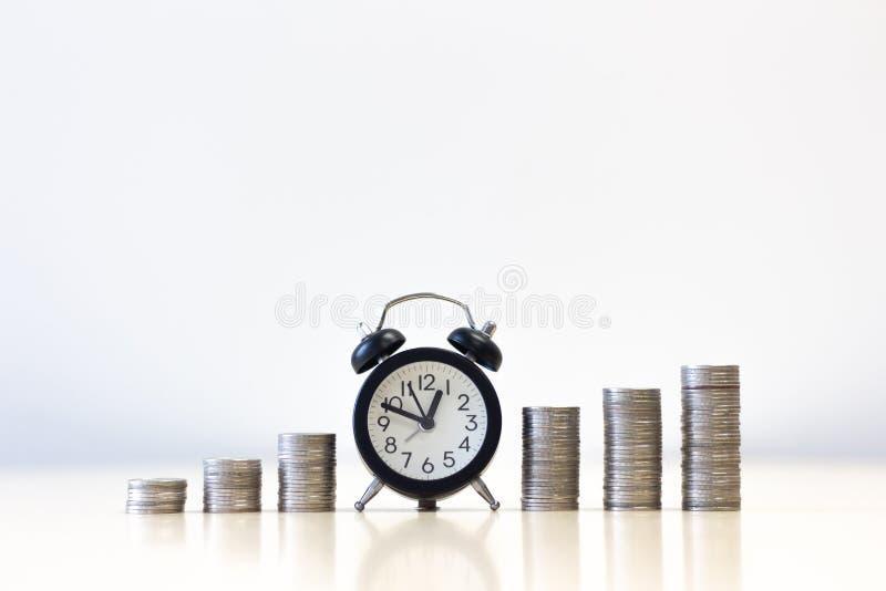Augmentation de réveil de la croissance croissante d'étape de pile de pièces de monnaie d'argent image stock