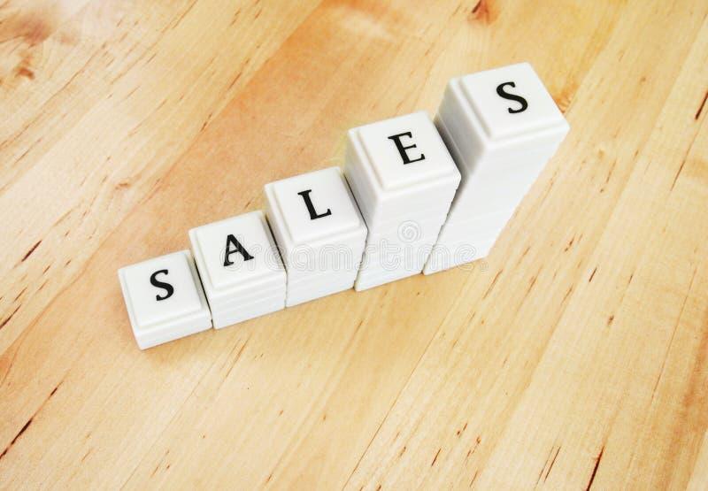 Augmentation de ventes - mot dans les blocs photos stock