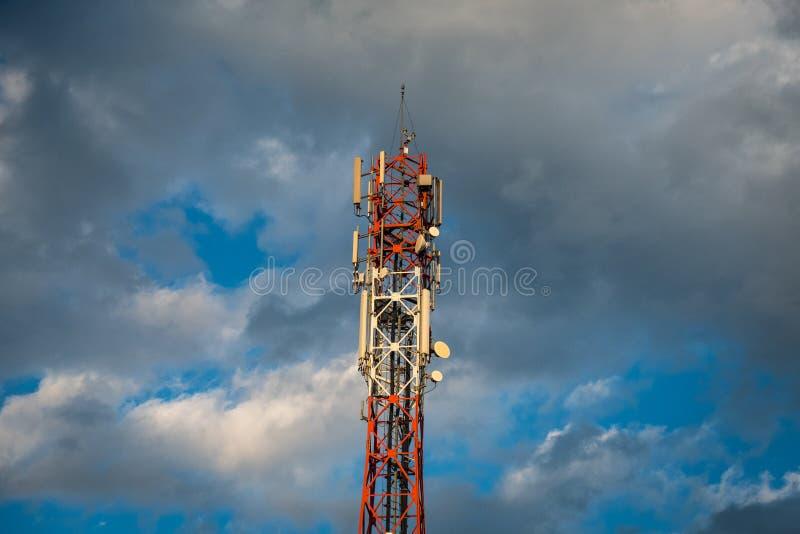 Augmentation mobile de tour d'antenne de réseau photographie stock libre de droits