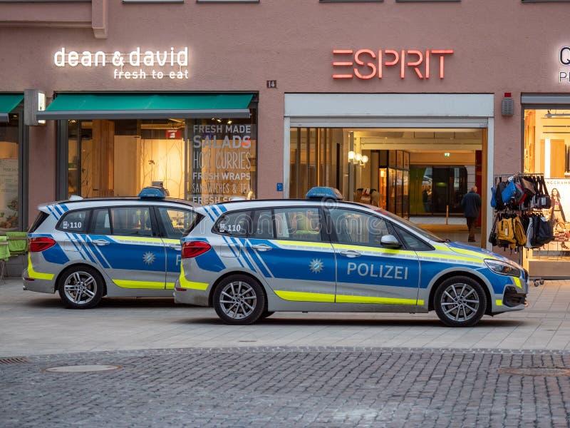 Augsburg, Alemania - 26 de marzo de 2019: Coche policía alemán del estado de Baviera con las letras POLIZEI foto de archivo