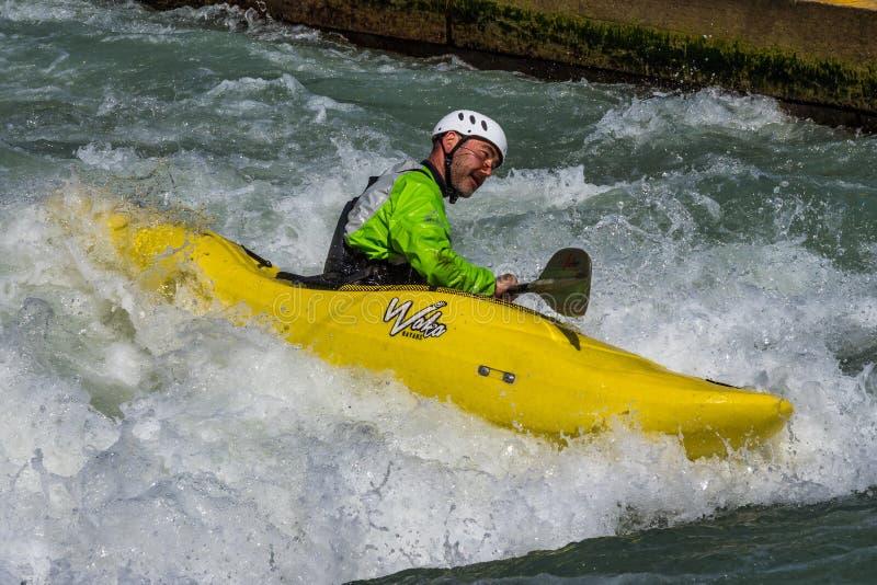 Augsburg, Deutschland - 16. Juni 2019: Whitewater, das auf dem Eiskanal in Augsburg Kayak fährt stockbilder