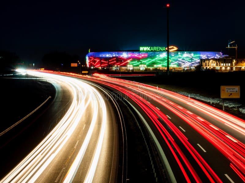 Augsburg Tyskland Februari 16 2019: Sikt på WWK-arenan fotbollstadionen av FCet Augsburg från huvudvägbron royaltyfri bild