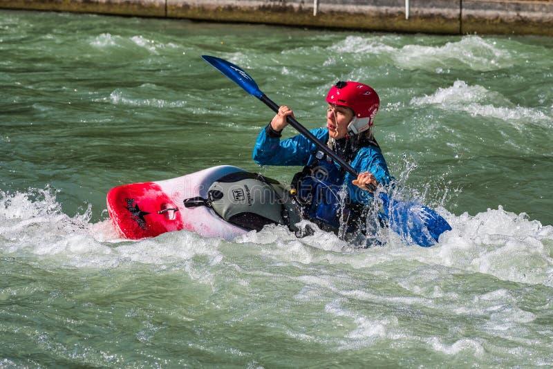 Augsburg Tyskland - Juni 16, 2019: Whitewater som kayaking på Eiskanalen i Augsburg royaltyfria foton