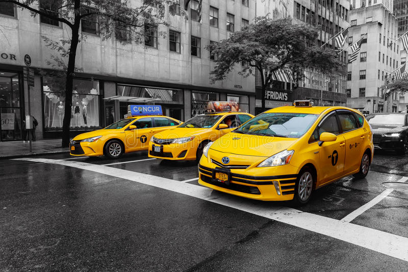 Augusr 2017 New York City USA01: Fahrerhaus-Gelb im Times Square New York City in Schwarzweiss stockfoto