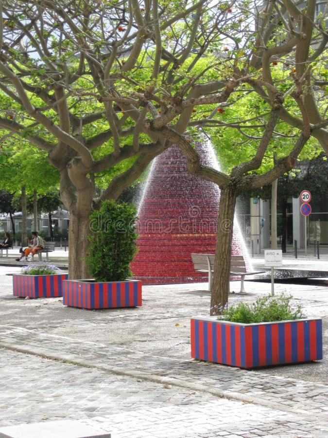 August 2013: Vasco da Gama Shopping, Sao Rafael Tower in der Rückseite und Skulptur Homem-Solenoid (Sonnen-Mann) lizenzfreies stockbild