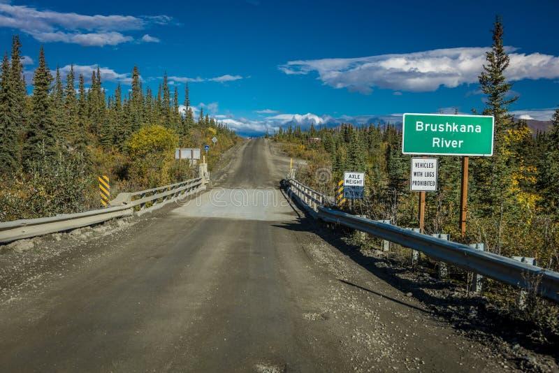27. August 2016 - Brushnaka-Flussbrücke bietet Ansichten der alaskischen Strecke an - Denali-Landstraße, Weg 8, Alaska stockbild