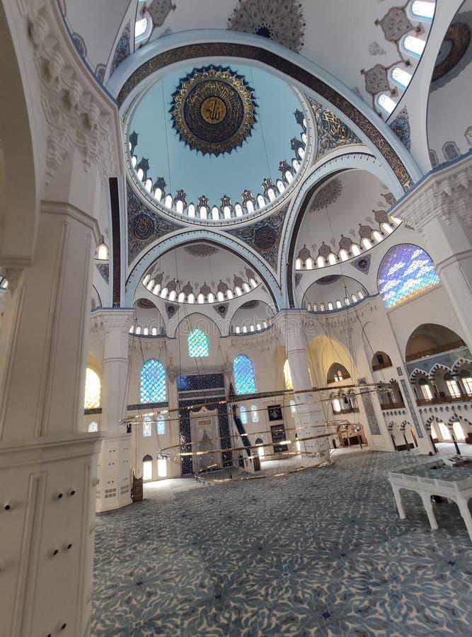 4. August 19 CAMLICA-MOSCHEEN-Hofansicht in Istanbul, die Türkei Camlica-Moschee ist der T?rkei gr??te Moschee lizenzfreie stockfotos