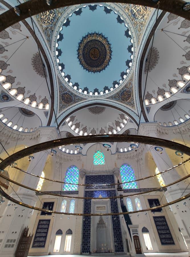 4. August 19 CAMLICA-MOSCHEEN-Hofansicht in Istanbul, die Türkei Camlica-Moschee ist der T?rkei gr??te Moschee stockfotografie