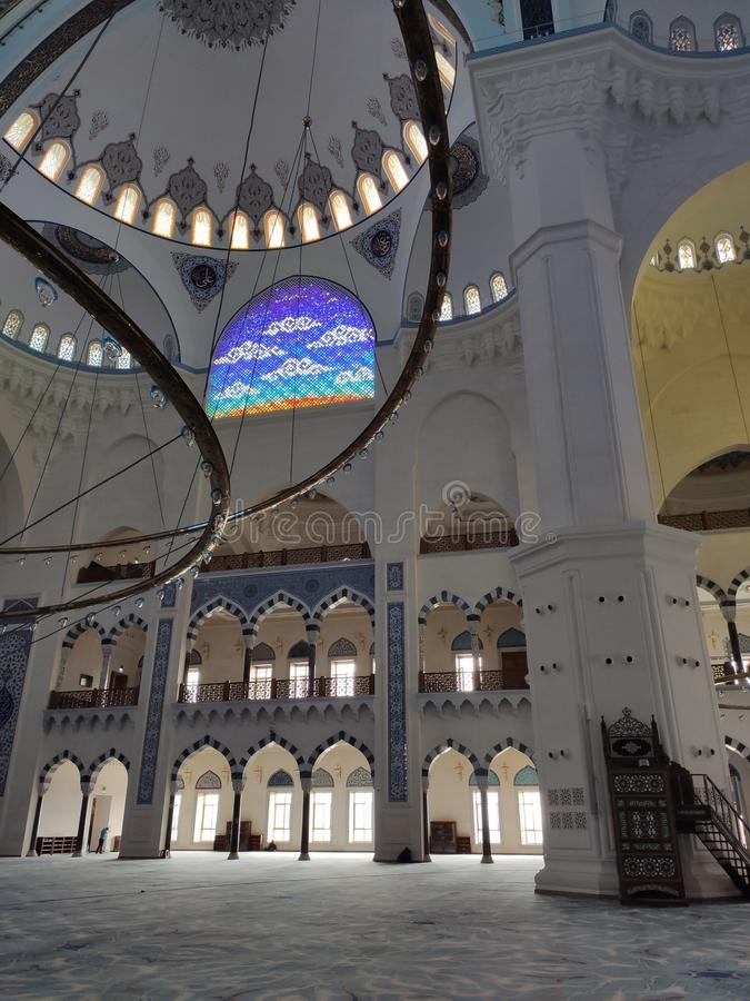 4. August 19 CAMLICA-MOSCHEEN-Hofansicht in Istanbul, die Türkei Camlica-Moschee ist der T?rkei gr??te Moschee stockbilder