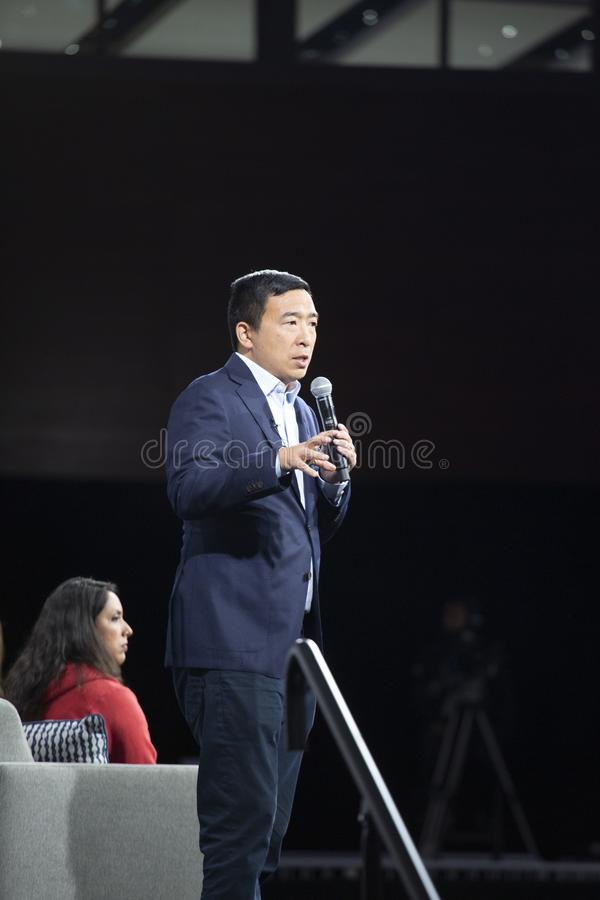 10. AUGUST 2019 - DES MOINES, IA/USA: Andrew Yang spricht stockfotografie
