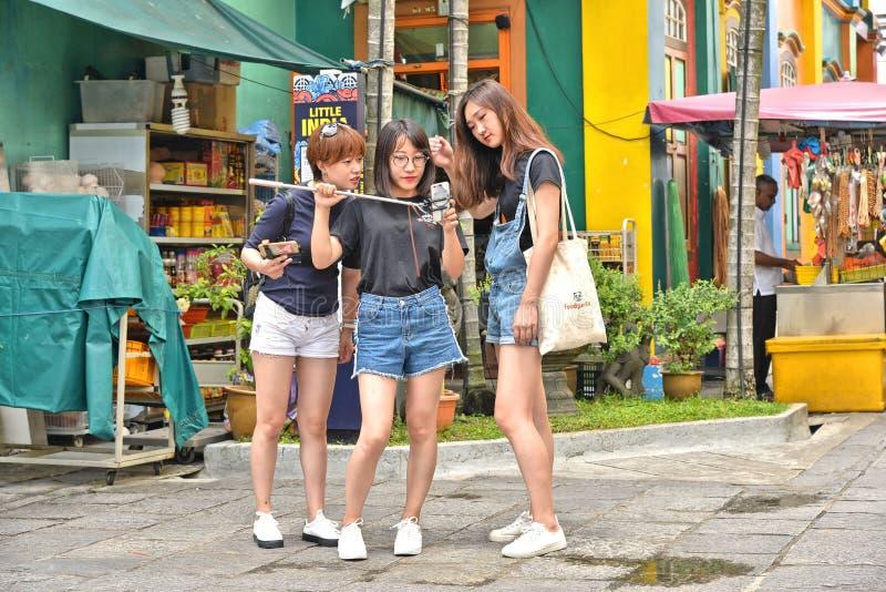22 august 2017, Dużego miasta mała ulica z młoda dziewczyna turystami bierze selfie w kolorowym Małym India okręgu w azjatykcim m zdjęcia stock