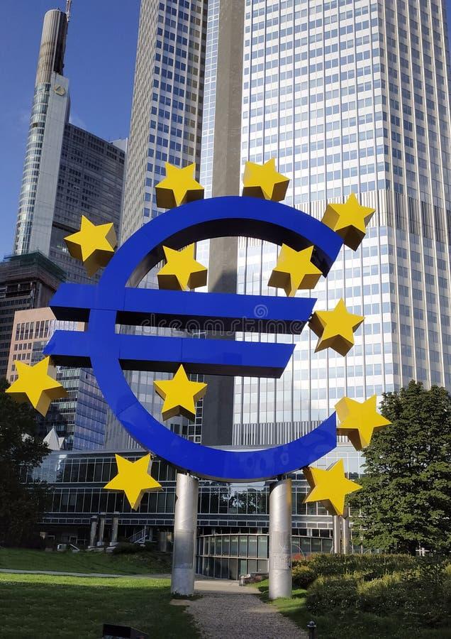 August, 2019, Euro-tecken vid Europeiska centralbankens huvudkontor på kvällen, affärsdistriktet i Frankfurt am Main, Tyskland arkivbilder