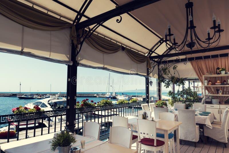 19. August 2017 gemütliches Café Bulgariens am Yachthafen in Balchik lizenzfreie stockbilder